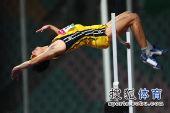 图文:亚锦赛男子跳高 选手顺利过杆