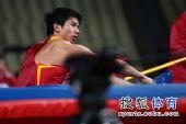 图文:亚锦赛男子跳高 黄海强坐在垫子上
