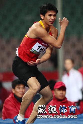 图文:亚锦赛男子跳高 黄海强姿势搞怪