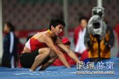 图文:亚锦赛男子跳高 黄海强蹲在垫子上