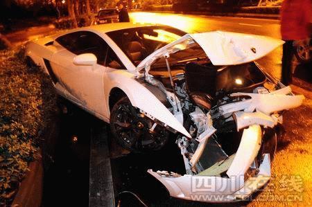 被撞毁的豪车