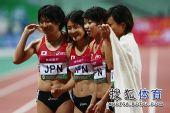 图文:亚锦赛赛场频现丽影 日本美女微笑合影