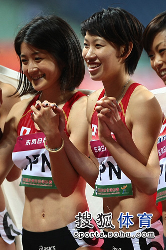 图文:亚锦赛赛场频现丽影 日本美女手挽手