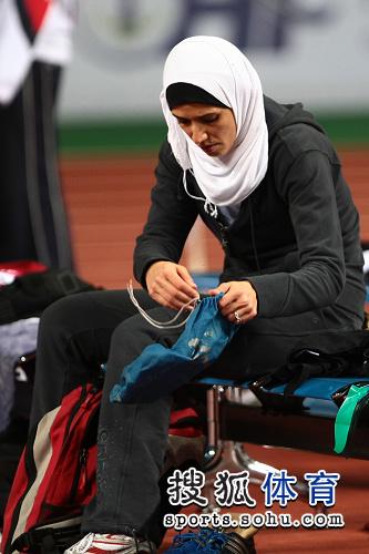 图文:亚锦赛赛场频现丽影 西亚美女整理装备