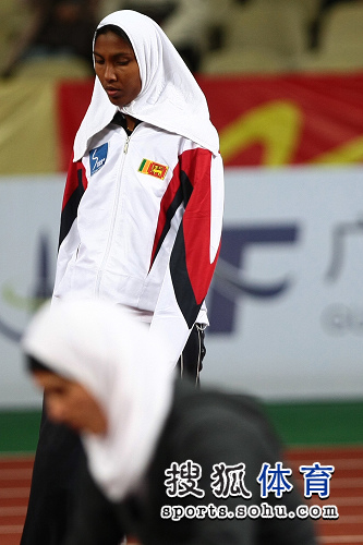 图文:亚锦赛赛场频现丽影 黑人选手低头思考