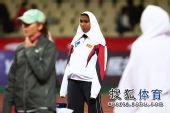 图文:亚锦赛赛场频现丽影 黑人选手头巾保暖