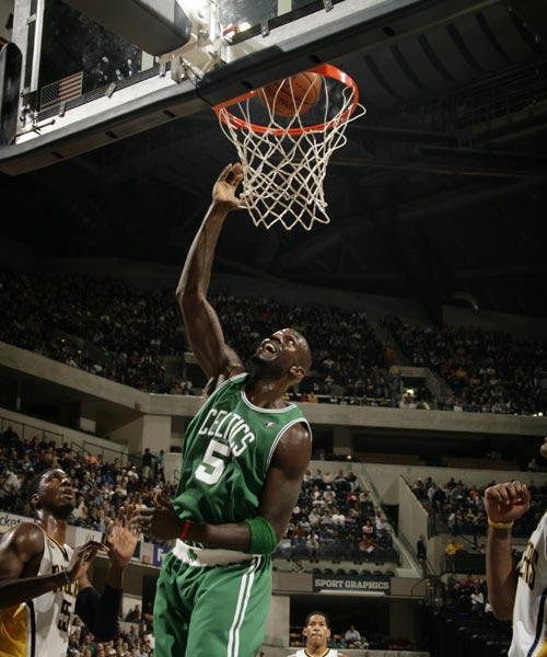 图文:[NBA]凯尔特人负步行者 加内特上篮