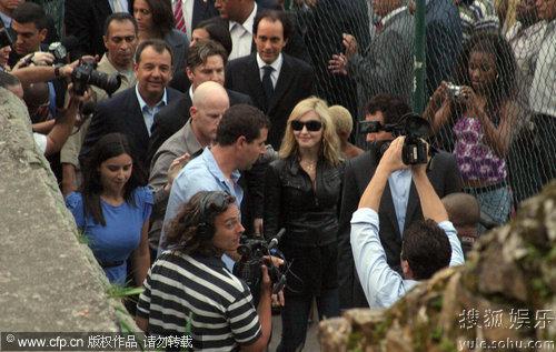 麦当娜访问巴西贫民窟场面浩大