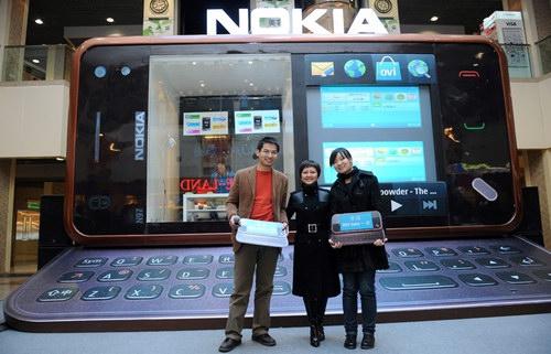 诺基亚北京天津分区总经理陈婷女士(中)与获奖 消费者合影