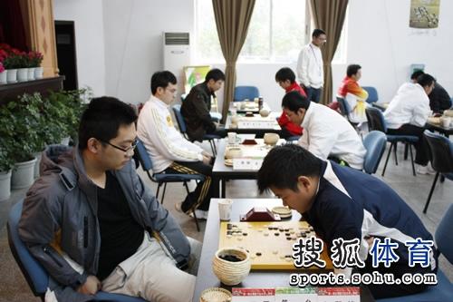 图文:围棋三赛场同现焦点战 第一台王雷VS邱峻