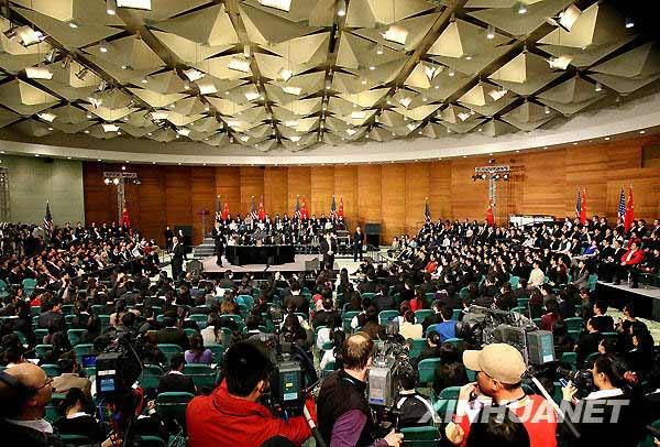 11月16日,美国总统奥巴马在上海科技馆与中国青年对话。新华社记者 陈飞 摄