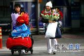 图文:蹦床队载誉而归 何雯娜走出机场