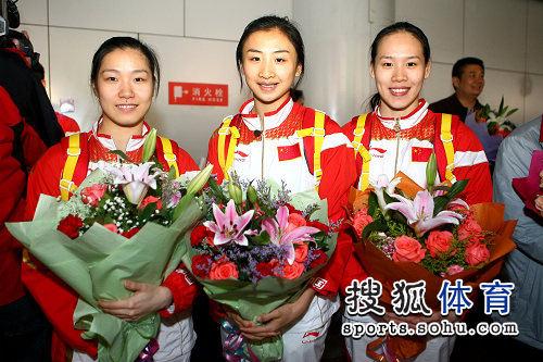 图文:蹦床队载誉而归 姐妹三人默契十足