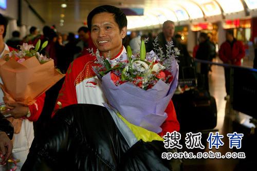 图文:蹦床队载誉而归 教练面带笑容