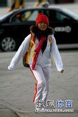 图文:蹦床队载誉而归 红色帽子引人注目