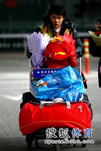 图文:蹦床队载誉而归 行李真不少