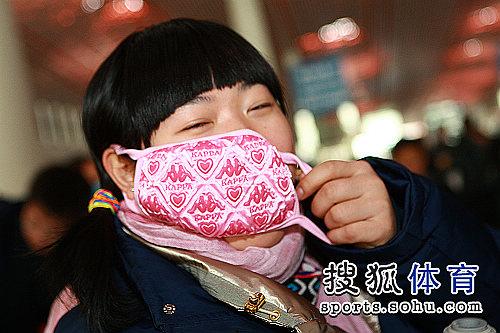 刘春红戴上个性口罩