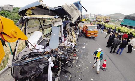 莆田/事故现场,救援人员还在紧急处理