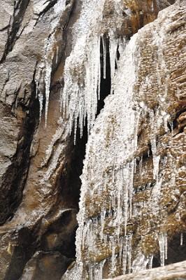 北九水瀑布开始出现冰瀑