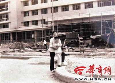 上世纪80年代初在钟楼饭店前拍摄的照片