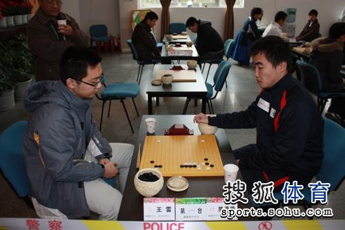图文:围棋上演多场焦点大战 王雷对阵陈潇楠