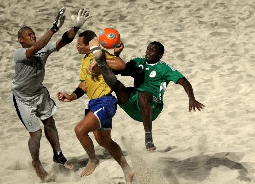 图文:沙滩足球世界杯小组赛 巴西队球员防守