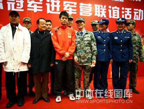 图文:中国羽毛球队走进军营 李永波林丹和官兵在一起