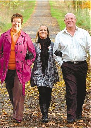 康复后,朱莉和父母在一起。