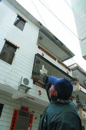 一名居民指着楼上说,女子就是在这上面跳下的。