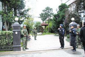 一直到昨天中午,警方才解除对典雅花园的戒严。