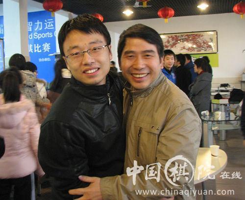 周唯奇与江苏队教练唐建明拥抱庆祝