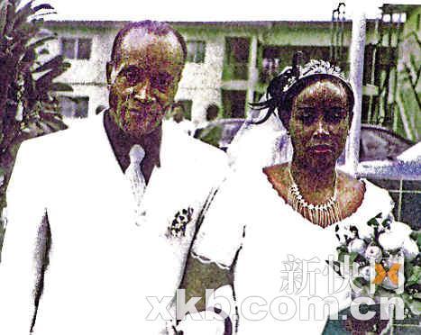 尼日利亚男子与女儿假结婚的照片。