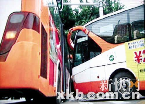 两公交车相撞几成直角。新快报记者陈昆仑/摄