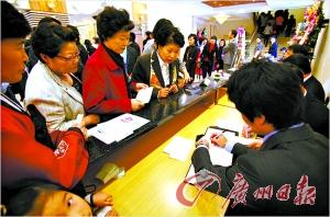 韩国 婚礼/今年10月24日在首尔举行的一场韩国传统风格的婚礼上,宾客排队...