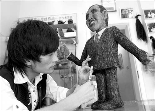 奥巴马访华前夕,一位造型师正在用头发丝制作奥巴马塑像
