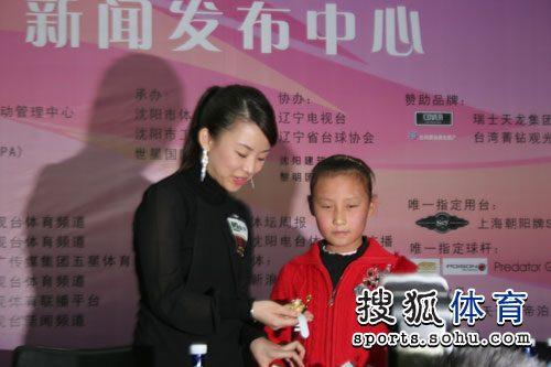 9岁小丫送手表给潘晓婷