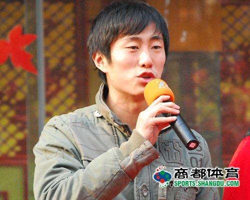 图文:[中超]建业悍将参加活动 李昭楠讲话