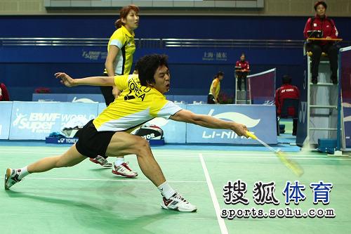 图文:李龙大/李孝贞晋级八强 跨步救球很吃力