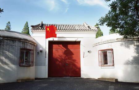 瓦当门头源于传统的建筑装饰,青灰调子与对称格局让整个大门显得朴
