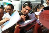 图文:环海南岛自行车赛落幕 文托索为车迷签名
