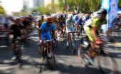 图文:环海南岛自行车赛落幕 参赛选手艰难骑行