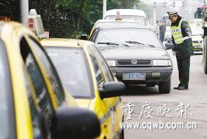 昨日上午11时许,渝南大道渝旅加气站外,一辆排队加气私家车在交通执法队员的解释下离开。