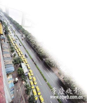 本版稿件 记者 冉启虎 王渝凤 李珩 张质 摄影报道 11月18日,南区路加气站外等候加气的出租车排起长队.。