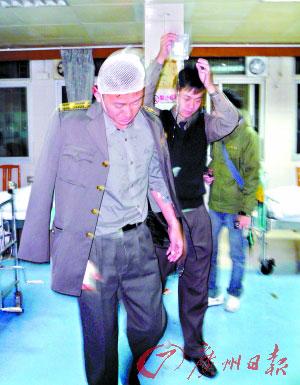 城管队员甘东全受伤入院包扎。