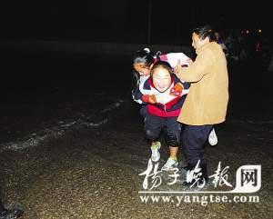 小区女生断裂淹路水管同学连背4女生趟水(图跑可爱酷中学图片