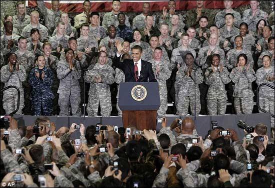 奥巴马在结束亚洲之行时,对美国士兵讲话。