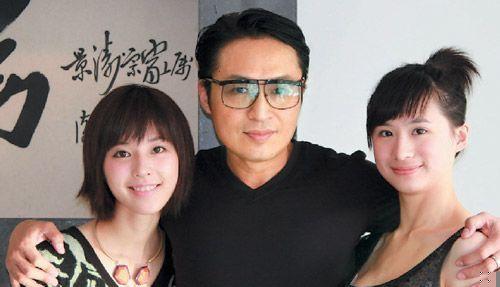 龅牙哥右边女孩-大女儿马世嫒(右侧)及妻子(左)-马景涛大女儿马世嫒首曝光图片