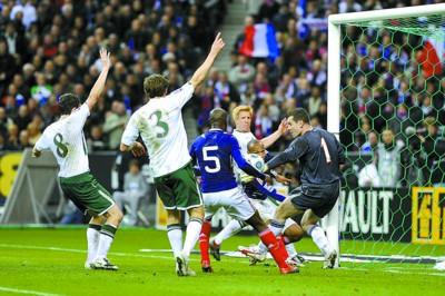 亨利手球瞬间,爱尔兰球员举手示意犯规 新华社发