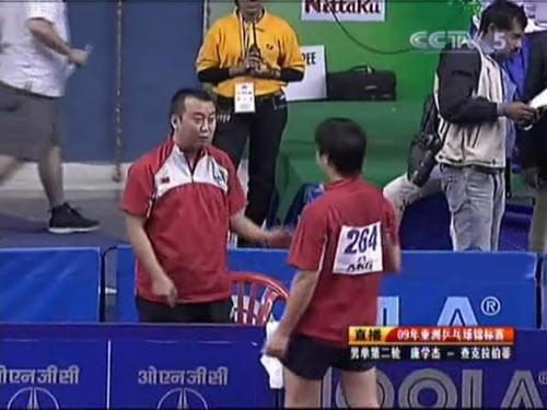 图文:乒乓球亚锦赛男单第二轮 教练指导庞学杰