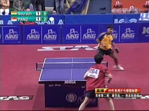 图文:乒乓球亚锦赛男单第二轮 积极捡球